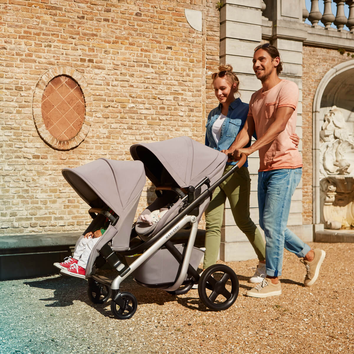 The Maxi-Cosi Lila stroller second seat (suitable from 6 months) includes a set of adaptors, pedal and rain cover.